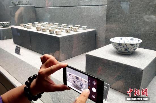 """资料图:""""泰兴号""""沉船瓷器展出。中新社记者 吕明 摄"""