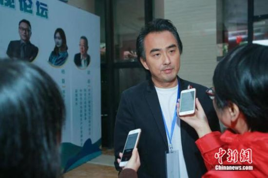 台湾知名导演蔡岳勋在海峡两岸电视论坛上接受媒体采访。徐晨 摄