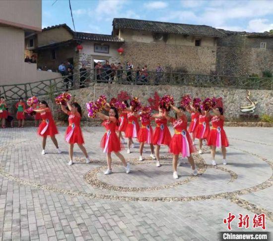 福建诏安县官陂镇凤狮村广场舞队在村广场上跳舞 李京泽 摄