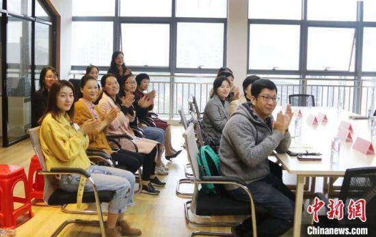 两岸社工代表座谈会日前在福州市马尾区举办,两岸社工代表共同研讨两岸社工如何进一步加强交流合作。 王彦 摄