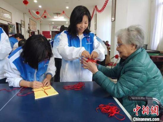 护理学院的志愿者们陪公寓老人玩游戏。供图