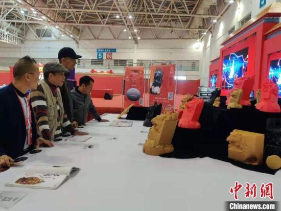台湾墨玉雕刻作品《马首是章》的意述脱胎胚体在第三届中国(福州)世界遗产主题文化博览会上展出,格外引人注目。 叶秋云 摄