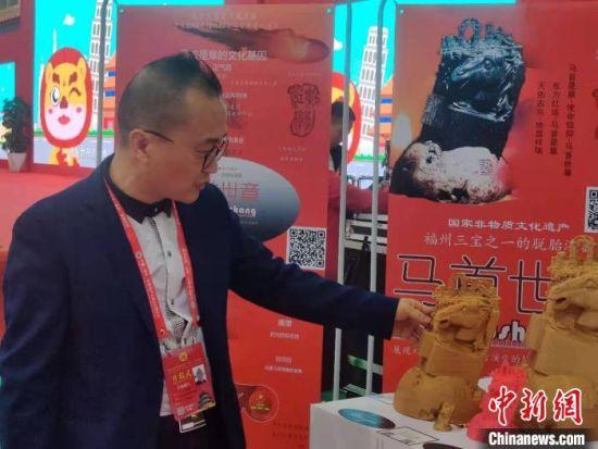 华人艺术家、工艺美术大师江在勋正在介绍作品。 叶秋云 摄