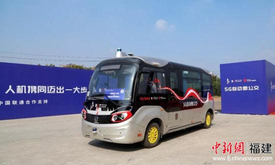 """全球首条城市开放道路 """"5G自动微公交""""示范线路在乌镇开通"""