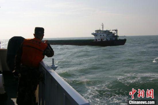 10日,福建莆田海警局在莆田南日岛附近海域连续查获2起非法盗采海砂案。图为海警执法人员发现嫌疑船舶。 李伟凡 摄