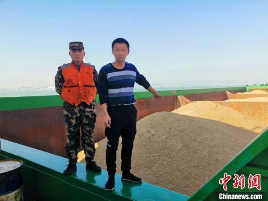 10日,福建莆田海警局在莆田南日岛附近海域连续查获2起非法盗采海砂案。图为嫌疑人指认所盗采海砂。 李伟凡 摄