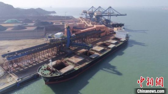 图为罗屿港口装卸船舶。黄汉业摄