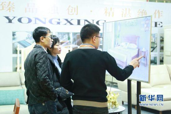 在第二届中国・南安海丝泛家居产业博览会现场,参展商与客商进行洽谈。新华网发(林楷煜 摄)