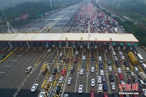 资料图:车辆通过收费站。中新社记者 泱波 摄