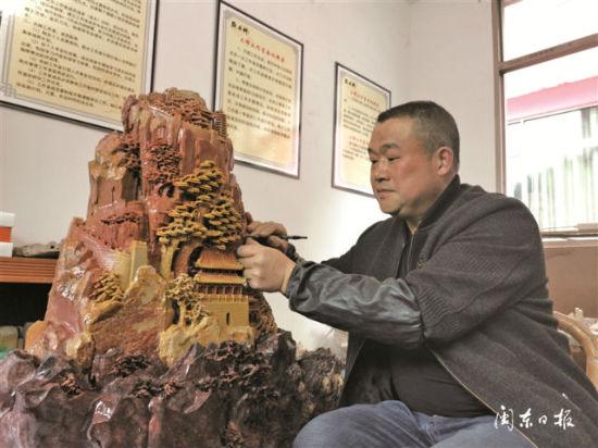 刘平华在创作寿宁石雕作品