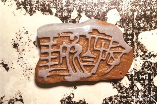 叶大明将汉字、古画、博古纹等传统元素运用到寿宁石雕作品中,开创了新的雕刻技法。