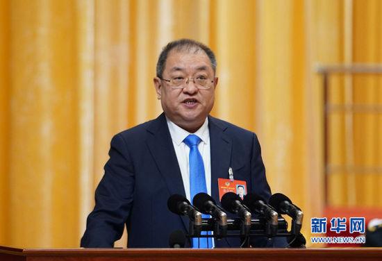 福建省政协副主席王光远作省政协十二届二次会议以来提案工作情况的报告。新华网 肖和勇 摄