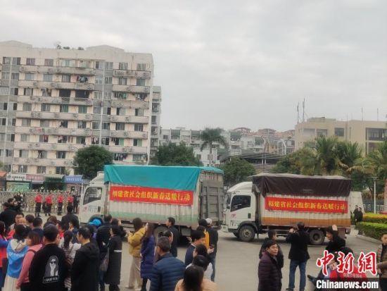 一辆辆装载着慰问物资的货车驶出福建省体育中心。 叶秋云 摄