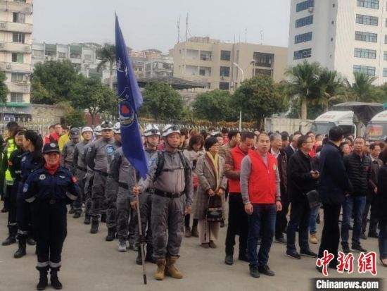当天,18家捐赠单位及50个社会组织代表、爱心人士参加了活动。 叶秋云 摄