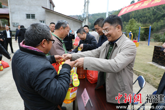 新华保险福建分公司春节前慰问建