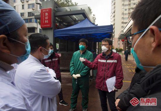 12日,省市疾控中心的工作人员来到福州市中医院,进行流行病学调查,排查该院接诊的新型冠状病毒肺炎确诊病例的密切接触者。