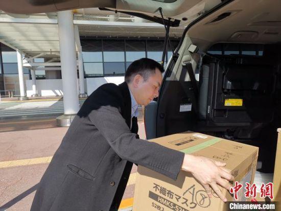 日本福建经济文化促进会会长吴启龙在搬运捐赠的防疫物资。 郑松波供图 摄