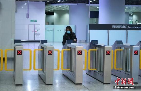 资料图:旅客搭乘高铁抵达香港西九龙站。中新社记者 张炜 摄
