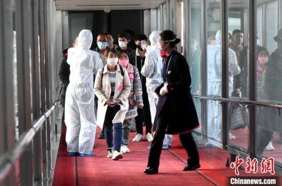 来自云南的341名务工人员于20日傍晚顺利抵榕,这是新冠肺炎疫情发生以来福州迎来的首批包机企业返岗务工人员。 吕明 摄