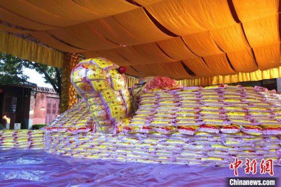 """图为福建泉州天后宫内,重达5.86万斤的庚子鼠年祈福""""米龟""""。 柯宁 摄"""