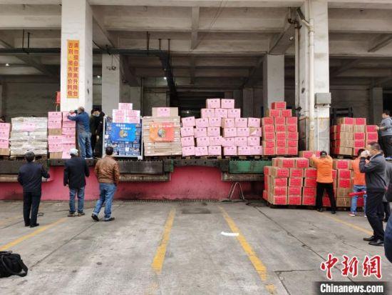 3月2日,福建四家企业向福建支援武汉抗疫的医务人员捐赠15吨1550箱冷冻水产品和福州鱼丸、肉燕。 闫旭 摄