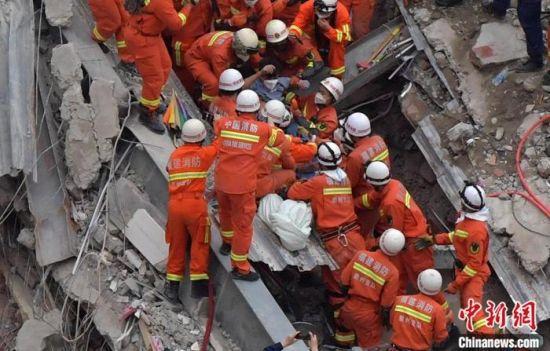 """在福建泉州欣佳酒店""""3·7""""坍塌事故中,被困69个小时的24岁小伙子小游成功获救,被广大网友称为""""奇迹小伙""""。图为3月10日,被困69个小时的幸存者24岁温州男子小游获救。中新社记者 张斌 摄"""