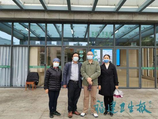 ▲协和呼吸内科林琼(左一)、协和重症医学科郑世翔(左三)、省立郭延松(左二)、孟超肝胆医院中医科刘政芳(右一)