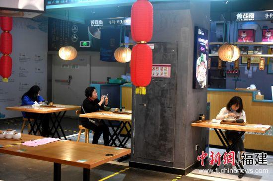 餐饮企业陆续开放堂食服务,进店用餐的市民也在渐渐增多。吕明 摄