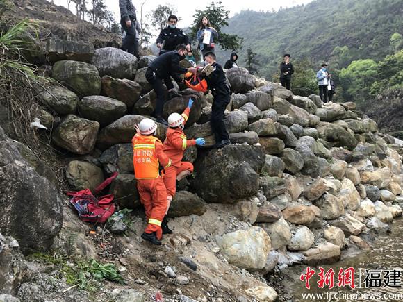 福建宁德6人被困溪中 消防员架桥