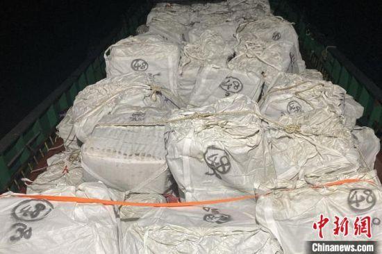 福州海警查获的冻品。 李典 摄