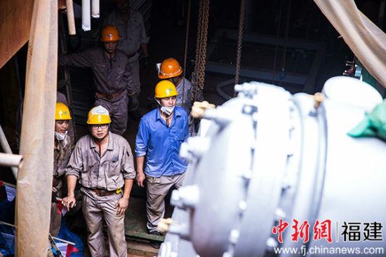 图为马尾造船厂内钳工在安装主机。(资料图)李南轩 摄