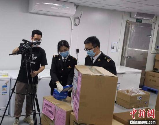 3月25日晚间,厦门海关现场查验捐赠物资。受访者供图