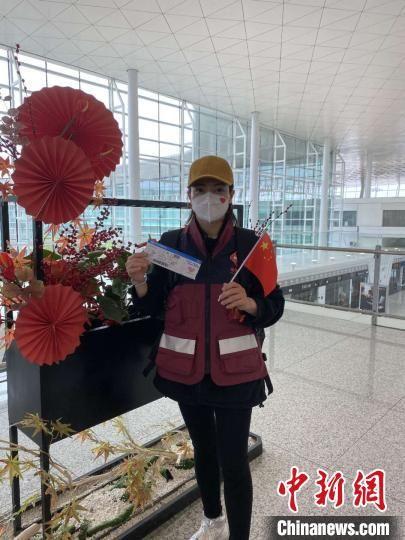 图为31日,福建第十一批支援湖北医疗队队员丁美娜在武汉天河国际机场准备登机。 受访者供图