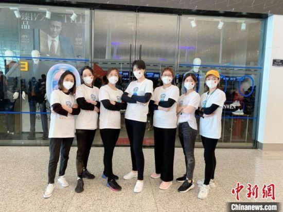 """图为31日,丁美娜和""""丫霸""""护理小分队的队员们在武汉天河国际机场合影留念。 受访者供图"""
