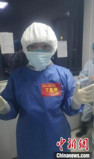 图为丁美娜在武汉金银潭医院展开护理工作。 受访者供图