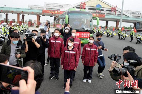 医疗队员代表在漳州高速路口汇报平安回家。 张金川 摄