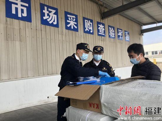 泉州海关驻石狮办关员对石狮国家级市场采购贸易试点的出口货物进行查验。连旭 摄