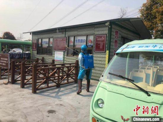 图为福鼎市牛郎岗海滨景区,工作人员在进行消毒作业。 李珊珊 摄