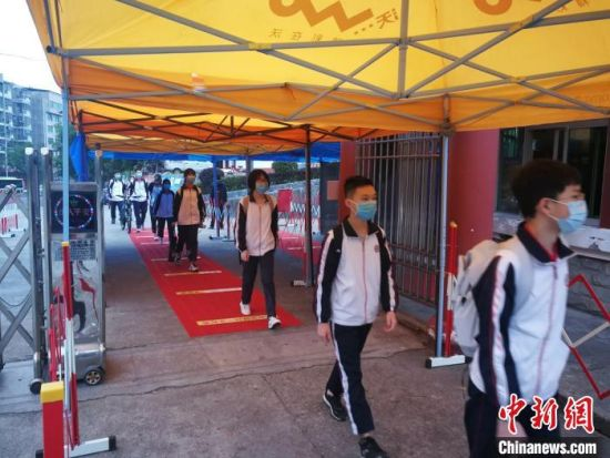 永安市初三学生逐一进行热成像红外测温仪检测。 魏兴谷 摄