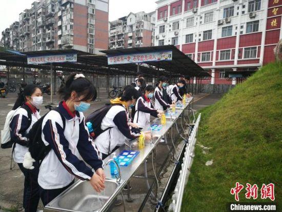 永安市初三学生进校后洗手。 魏兴谷 摄