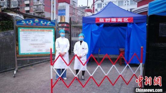 永安市初三学生返校复课,医护人员在校园内值守。 魏兴谷 摄