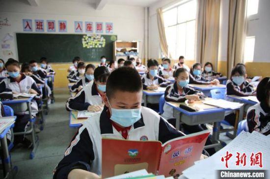 初三学生陆续返校复课。 魏兴谷 摄