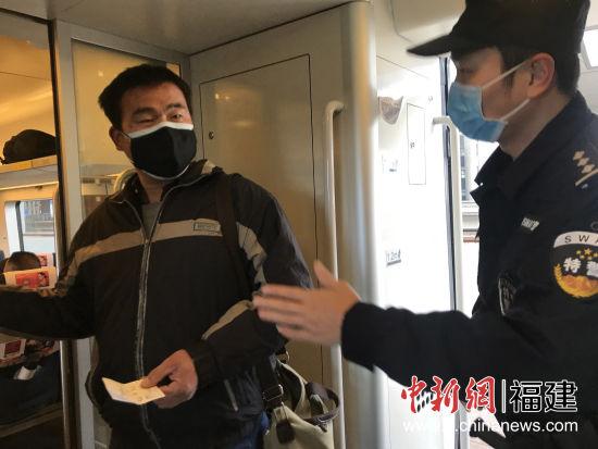 厦门铁路公安处特警支队民警卢志远值乘列车