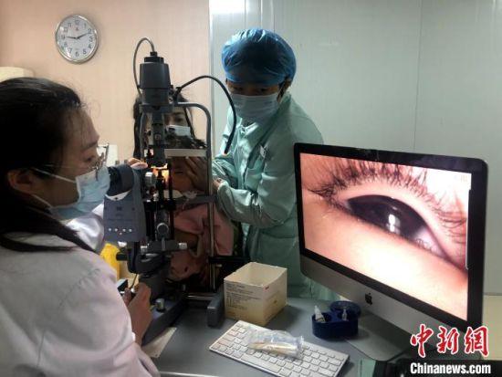 医生为小女孩眼部检查。 厦门眼科中心供图