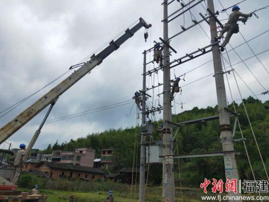 """福建宁化:道路扩宽 电力""""让行"""