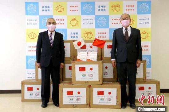 日本伊达市市长菊谷秀吉(左)和副市长仁木行彦戴着漳州市赠送的口罩。柯玲娜 供图