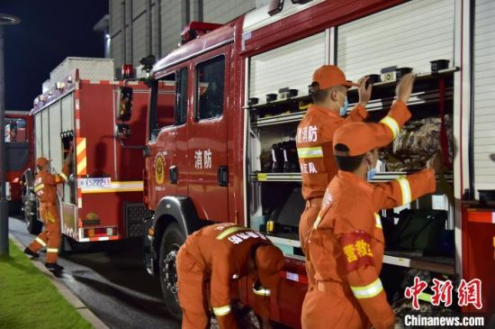 5月18日凌晨,福州市消防救援支队以实战的要求,火速集结120名指战员参加演练。供图
