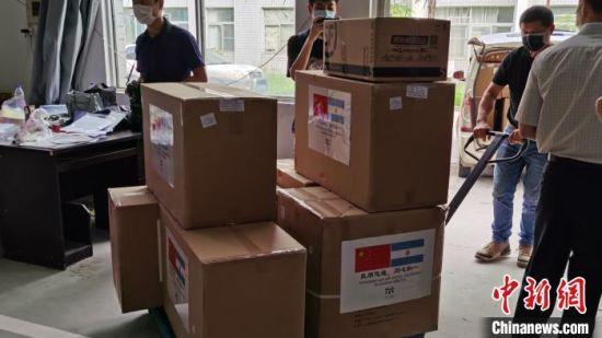 图为工作人员正在搬运防疫物资。 闫旭 摄