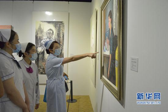 福建医务工作者代表参观展览。新华网发(福建省文旅厅供图)