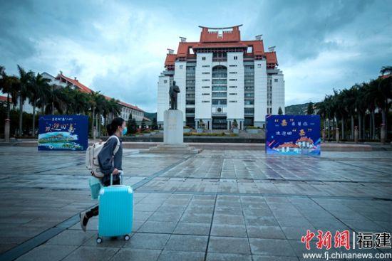 厦门大学嘉庚学院首批80多名学生,26日返校。